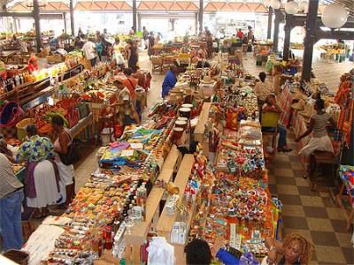 Marché couvert du Marin, produits locaux, poissons frais, légumes, fruits, artisanat...